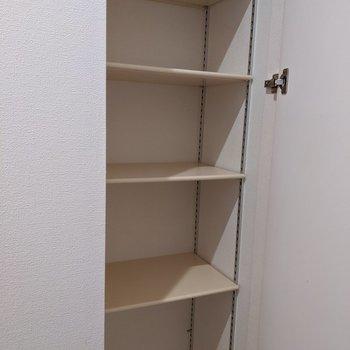 1段に3足ほど入る幅のシューズボックス。高さ調整も可能です。