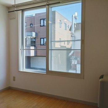 [洋室2]こちらの窓は西向きなので午後は明るめ。