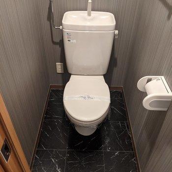 床と壁がシックな雰囲気のトイレです。