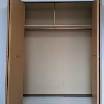 【洋室】クローゼットは大容量◎衣類や掃除機なども収納できそうです。