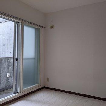 【洋室】広さは約4帖です。シングルベッドを置いて寝室にどうぞ。