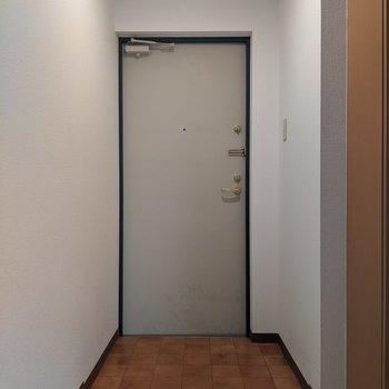 玄関スペースは広めです。写真右側に傘立てを置いてもいいですね。