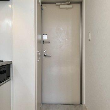 玄関スペースも一人分にはちょうどいいかな※写真は1階の反転間取り別部屋のものです