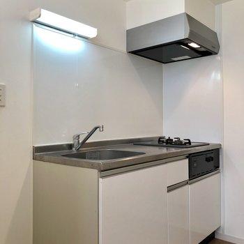 降りた先には、透明感のあるキッチンがお出迎え※写真は1階の反転間取り別部屋のものです