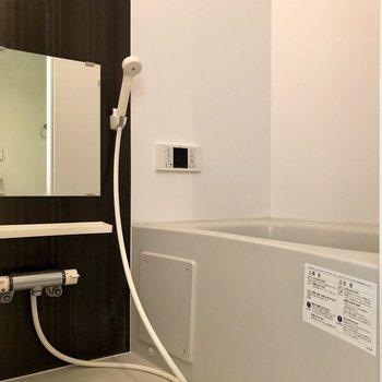 お風呂はゆったり入れそうなサイズです※写真は1階の反転間取り別部屋のものです
