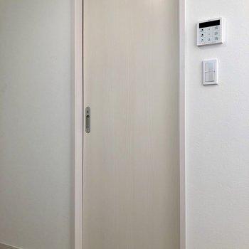 次はキッチンの正面の扉へ※写真は1階の反転間取り別部屋のものです