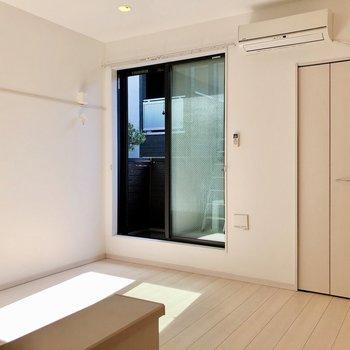 【洋室】窓からの光もたっぷり差し込みます※写真は1階の反転間取り別部屋のものです