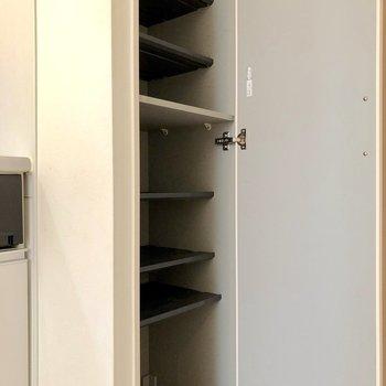 シューズボックスは縦長に。1段に1足ずつ入れましょう※写真は1階の反転間取り別部屋のものです