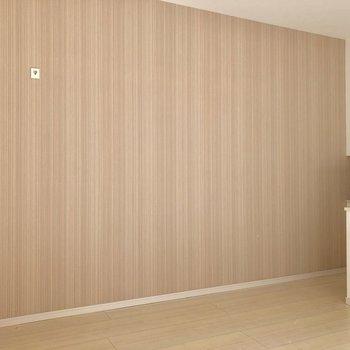 【洋室】桃色の優しいアクセントクロスに心が落ち着きます※写真は1階の反転間取り別部屋のものです
