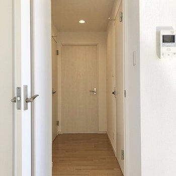 廊下に出て突き当りにある洋室へ。
