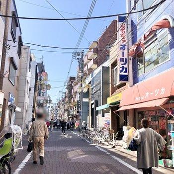 駅までの道には様々なお店が並んでいました。