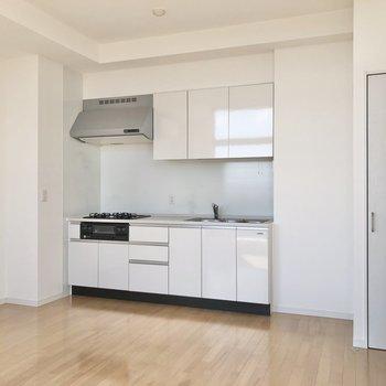 【LDK】キッチンは清潔感のある白色。