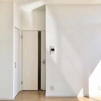 【LDK】ドア横にTV付きモニターホンがあります。