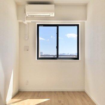 【ベッドルーム】腰窓になっていて、下にベッドも置きやすいですね。