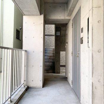 無骨で雰囲気のある廊下です