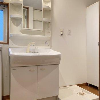 シャワーヘッドが便利な独立洗面台です、横には洗濯機置き場があります