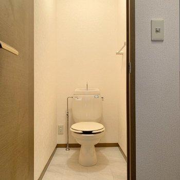 トイレは奥行きがあり、足元を広くご利用いただけます。