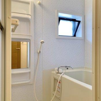 浴室は窓付きで換気性能を高めています。