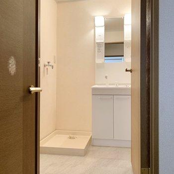和室の向かい側はゆとりのある洗面所です。