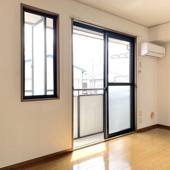 【洋室】2つの窓で採光する明るい空間です。