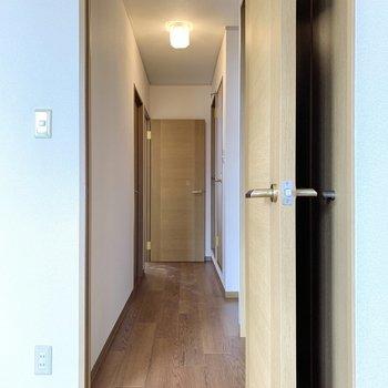 扉を開けて、突き当たり左側にあるお部屋は向かいましょう。