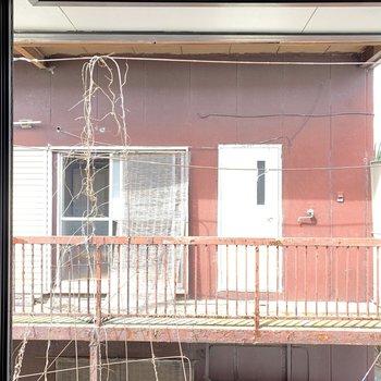 【和室】眺望は赤い外観のお向かいさん。