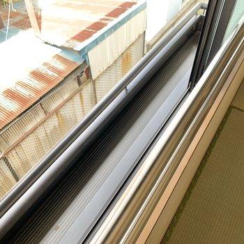 【和室】窓の外には花置のようなスペースがありました。