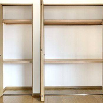 【洋室】3段構えでした。右側にはお洋服が掛けられます。
