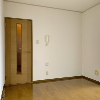 【DK】扉の脇の空間にWi-Fiのルーター等が置けそうです。