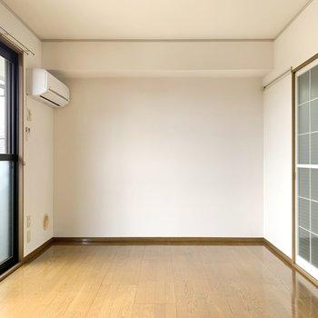 【洋室】エアコンもあるので快適に過ごせそうですよ。