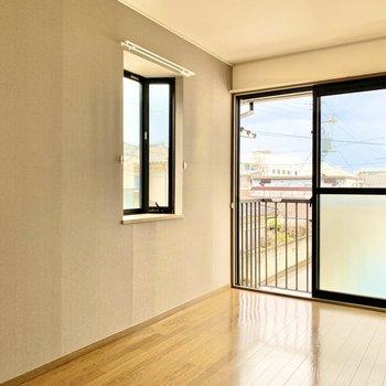 【洋室】背の低い家具は出窓の下に壁付けできるので空間を目いっぱいに使えます。