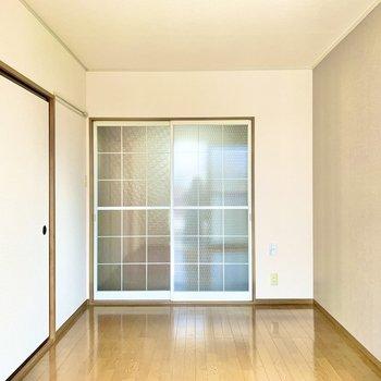 【洋室】格子の引き戸が可愛らしいです。