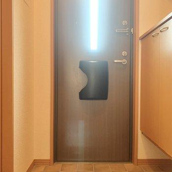 玄関は狭め。