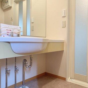 洗面台の鏡は大きいです。