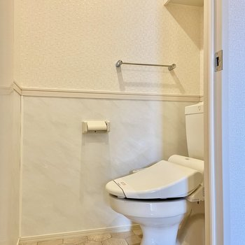 腰壁クロスがおしゃれなトイレ。上部の収納も上手に使いましょう。