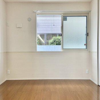 【洋室】白を基調にしたお部屋です。