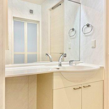 独立洗面台の鏡が大きいので椅子をおいてドレッサー代わりになりそう。