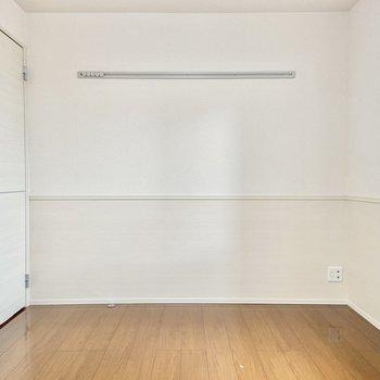 【洋室】腰壁クロスと長押がなんだかメルヘン。