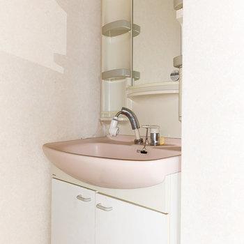 ピンクが可愛らしい独立洗面台※写真は通電・クリーニング前、一部フラッシュ撮影をしています。