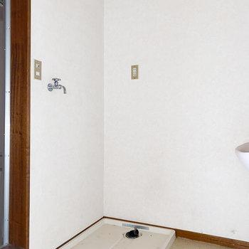 【洋室5.5帖】洗濯機置き場は脱衣所にあります※写真は通電・クリーニング前、一部フラッシュ撮影をしています。