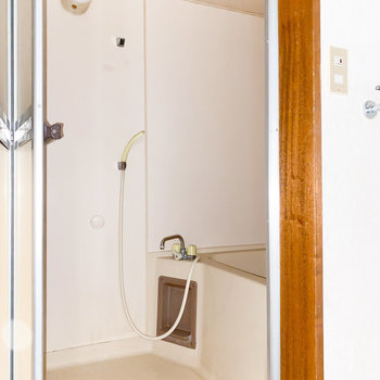 コンパクトな浴室※写真は通電・クリーニング前、一部フラッシュ撮影をしています。