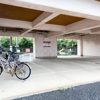 屋根付きの駐輪場と駐車場