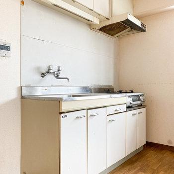 優しい色のキッチン※写真は通電・クリーニング前、一部フラッシュ撮影をしています。