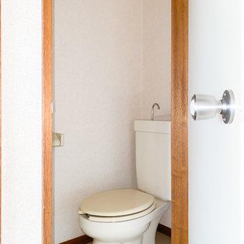 タンク式のトイレ※写真は通電・クリーニング前、一部フラッシュ撮影をしています。