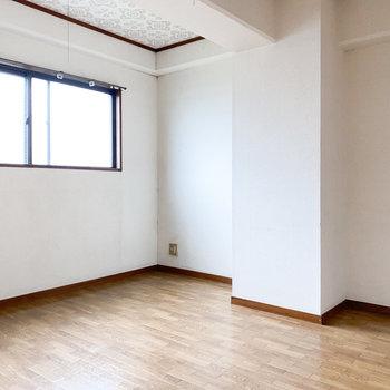 【洋室5.5帖】こちらの天井もアクセントクロスです