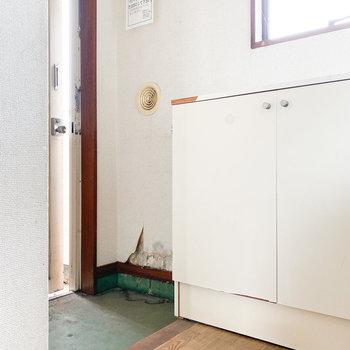 居室が玄関から見えないようになっています※写真は通電・クリーニング前、一部フラッシュ撮影をしています。