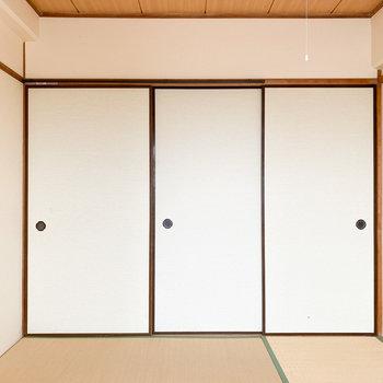 【和室】右の2枚が収納の戸