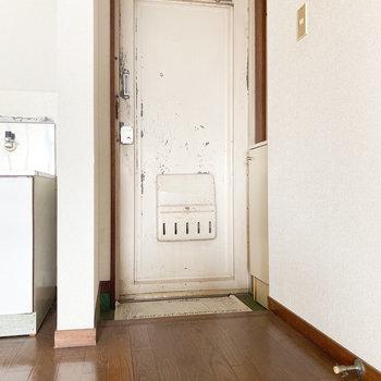 コンパクトな玄関※写真は通電前・一部フラッシュ撮影をしています