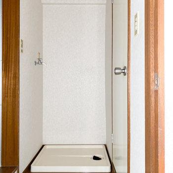 洗濯機置き場は脱衣所にあります※写真は通電前・一部フラッシュ撮影をしています