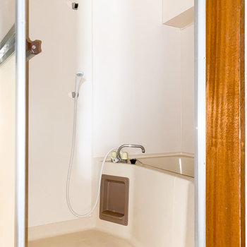 シンプルな浴室※写真は通電前・一部フラッシュ撮影をしています